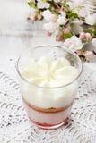 Het dessert van de laagaardbei met slagroombovenste laagje Stock Afbeelding