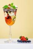 Het dessert van het fruit met gelei in elegant glas. Royalty-vrije Stock Afbeeldingen