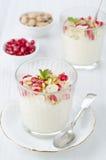 Het dessert van het griesmeel met van granaatappelzaden en pistaches gedeelten Stock Afbeelding