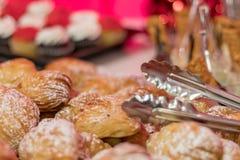 Het dessertdienblad van de vakantiepartij met gevoelig gelaagd gebakje stock foto