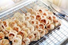 Het het Dessertmenu van de banaangrill gemakkelijk bij de markt van het straatvoedsel in Thailand, Banaangrill in zeefdienblad, G stock foto