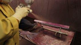 Het Detail van arbeidersverven in Rode Kleur met Pulverizer stock video