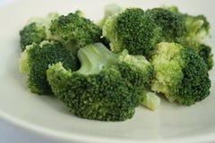 Het detail van broccoli op plaat Stock Afbeeldingen