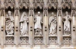 Het detail van de de Abdijvoorgevel van Westminster met de 20ste eeuw Christelijke markt Royalty-vrije Stock Foto's