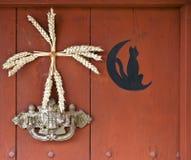 Het detail van de deur met de maan en een zwarte kat, Frankrijk Royalty-vrije Stock Foto's