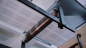Het detail van de drukonderneming op productielijn met geluid Kranten tijdens het publiceren met geluid stock videobeelden