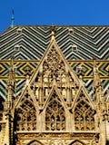 Het detail van het de kerkdak van de kleitegel onder blauwe hemel stock fotografie