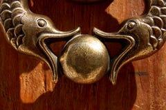 Het detail van de kloppers van het Metaal vormde twee vissen Stock Afbeelding