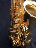 Het detail van de saxofoon op zwarte achtergrond Royalty-vrije Stock Afbeeldingen