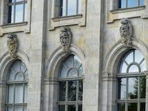 Het detail van de voorgevel, met vensters en standbeelden van hoofden in zijn uiterste, van barok voorspelt Museum in Berlijn dui stock afbeelding