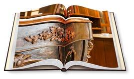 Het detail van een antiek Italiaans meubilair herstelde enkel - conceptenbeeld op geopend photobook - ik ben de auteursrechteigen royalty-vrije stock fotografie