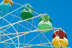 Detail van een reuze oud wiel van carrouselferris op blauwe hemel Stock Fotografie