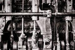 Het Detail van Grunge van de Motor van de stoom met Verzamelleiding en Staven Stock Afbeeldingen