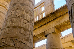 Het detail van kolommen in de tempel Karnak in Luxor, Egypte royalty-vrije stock fotografie