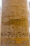 Het detail van kolommen in de tempel Karnak in Luxor, Egypte royalty-vrije stock afbeeldingen