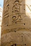 Het detail van kolommen in de tempel Karnak in Luxor, Egypte stock foto's