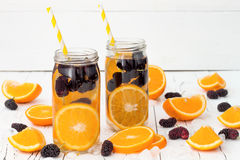 Het Detoxfruit goot op smaak gebracht water Verfrissende de zomer eigengemaakte cocktail Het schone eten Royalty-vrije Stock Foto