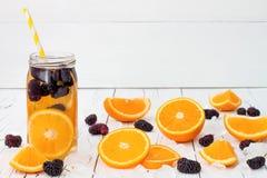 Het Detoxfruit goot op smaak gebracht water Verfrissende de zomer eigengemaakte cocktail Het schone eten Stock Fotografie
