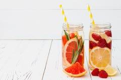 Het Detoxfruit goot op smaak gebracht water Verfrissende de zomer eigengemaakte cocktail Het schone eten Royalty-vrije Stock Afbeeldingen
