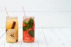 Het Detoxfruit goot op smaak gebracht water Verfrissende de zomer eigengemaakte cocktail Het schone eten Exemplaar ruimteachtergr Stock Afbeelding