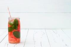 Het Detoxfruit goot op smaak gebracht water Verfrissende de zomer eigengemaakte cocktail Het schone eten Exemplaar ruimteachtergr Royalty-vrije Stock Foto