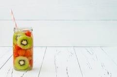 Het Detoxfruit goot op smaak gebracht water Verfrissende de zomer eigengemaakte cocktail Het schone eten Exemplaar ruimteachtergr Royalty-vrije Stock Afbeelding