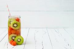 Het Detoxfruit goot op smaak gebracht water Verfrissende de zomer eigengemaakte cocktail Het schone eten Exemplaar ruimteachtergr Stock Foto