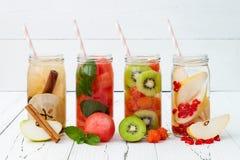 Het Detoxfruit goot op smaak gebracht water Verfrissende de zomer eigengemaakte cocktail Het schone eten Exemplaar ruimteachtergr Stock Foto's