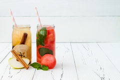 Het Detoxfruit goot op smaak gebracht water Verfrissende de zomer eigengemaakte cocktail Het schone eten Exemplaar ruimteachtergr Royalty-vrije Stock Foto's