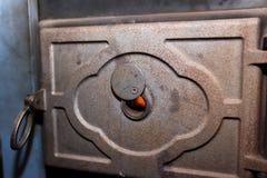 Het deurgat voor het monitorising van de brand schoot dicht omhoog op houten centrale verwarmingsysteem royalty-vrije stock foto's