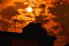 Het dichtbijgelegen volle maan doordringen door de wolken Royalty-vrije Stock Fotografie