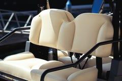 Het Dichte omhooggaande Detail van de golfkar van de Zetels van het Luxeleer op Sunny Day Royalty-vrije Stock Afbeeldingen