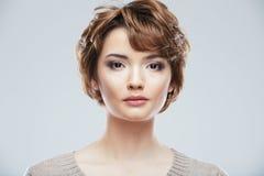 Het dichte omhooggaande portret van de schoonheidsstijl van jonge die vrouw op wit wordt geïsoleerd royalty-vrije stock afbeeldingen