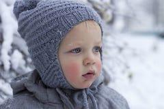 Het dichte omhooggaande portret van de sneeuwwinter van leuke peuter Stock Afbeeldingen