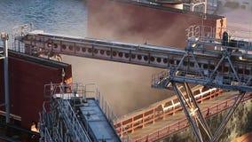 Het dichte panorama van de korrelgewassen van de schiplading op bulkvrachtschip via boomstam aan open lading houdt bij silotermin stock videobeelden