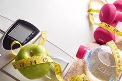 Het dieet en sportenvrouw geïsoleerde als achtergrond bovenkant van de conceptengezondheid Royalty-vrije Stock Fotografie