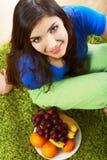 Het dieetportret van het vrouwenfruit Stock Foto's