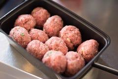 Het dienblad van vleesballetjesina klaar te koken Stock Foto