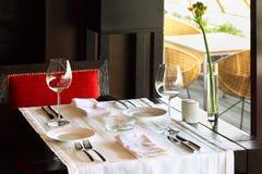 Het dienen bij lijst en stoel in leeg restaurant Stock Foto's