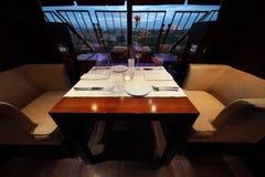 Het dienen bij lijst en zetels in leeg restaurant Royalty-vrije Stock Foto