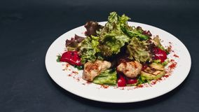 Het dienen braadde kip en slasalade met groene paprika en saus in 4k-resolutie stock video