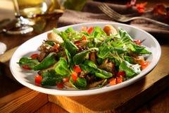 Het dienen van de smakelijke salade van KoningsOyster Royalty-vrije Stock Fotografie