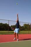 Het dienen van een Bal van het Tennis Stock Fotografie