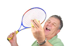 Het dienen van een Bal van het Tennis Stock Afbeelding