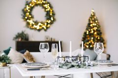 Het dienen van een feestelijke lijst Nieuwe jaardecoratie Het concept van Kerstmis en van het Nieuwjaar royalty-vrije stock foto