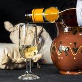 Het dienen van een kop van finosherry, Manzanilla wijn Royalty-vrije Stock Foto