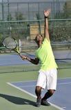 Het dienen van een tennisbal Stock Afbeelding
