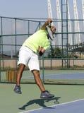 Het dienen van een tennisbal Stock Afbeeldingen