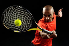 Het dienen van een tennisbal Stock Foto