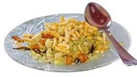 Het dienen van Indische Snacks Poha met Sev Royalty-vrije Stock Afbeelding